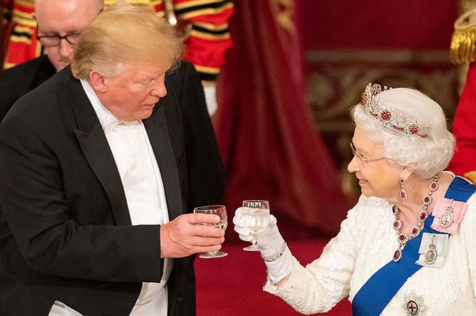 Президент США Дональд Трамп и королева Елизавета II на королевском ужине в Букингемском дворце, 3 июня 2019 года
