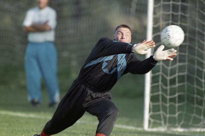 Вратарь московского футбольного клуба «Локомотив» Сергей Овчинников ловит мяч, 1997.