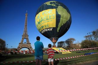 Активисты Greenpeace на воздушном шаре рядом с Эйфелевой башней
