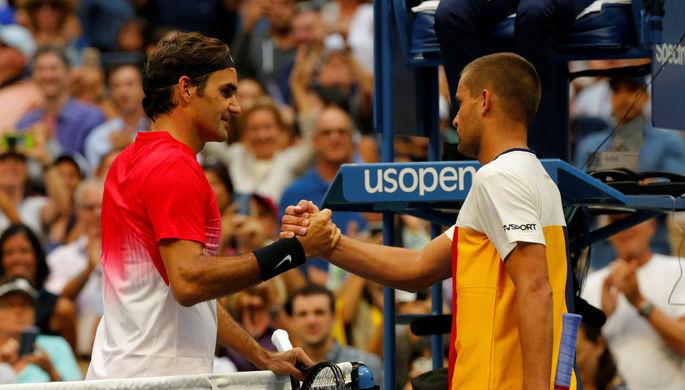 Роджер Федерер и Михаил Южный пожимают руки после напряженного матча