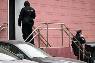 Сотрудники полиции около театра Армена Джигарханяна в Москве, 26 октября 2017 года