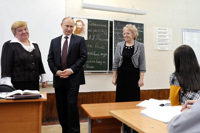 Владимир Путин во время посещения школы в Кургане, февраль 2012 года