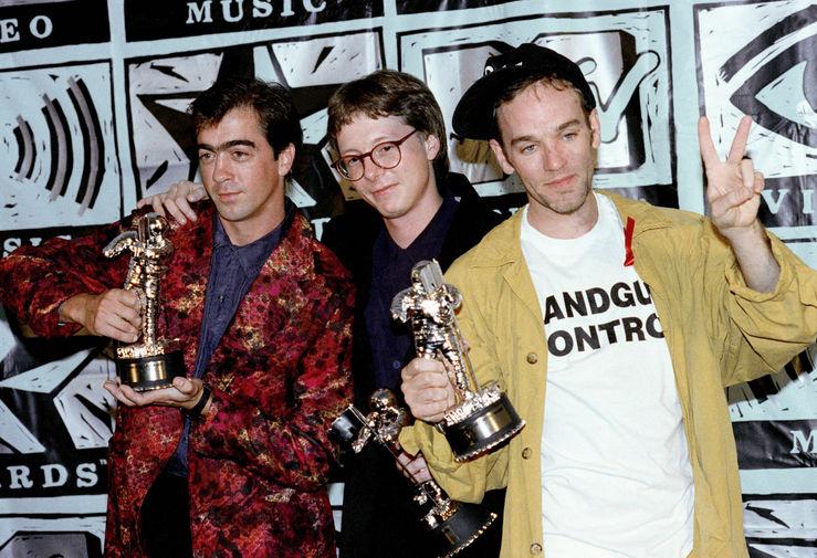 Участники группы R.E.M. после церемонии награждения премии MTV Video Music Awards в Калифорнии, 1991 год