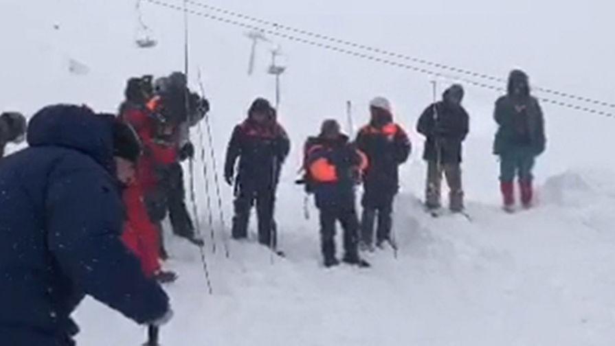 Сотрудники МЧС РФ проводят поисково-спасательные работы после схода лавины в Домбае у горы Мусса-Ачитара, 18 января 2021 года