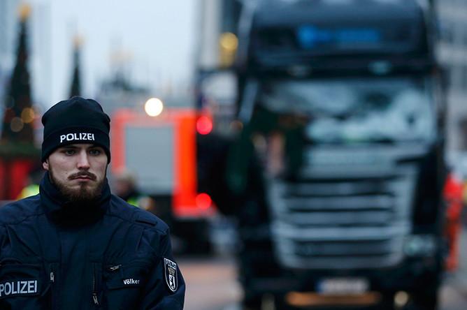 Сотрудник полиции рядом с грузовиком на площади Брайтшайдплац в Берлине, 20 декабря 2016 года