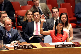 Постоянный представитель Великобритании при ООН Мэтью Райкрофт (слева) и постоянный представитель США при ООН Никки Хейли