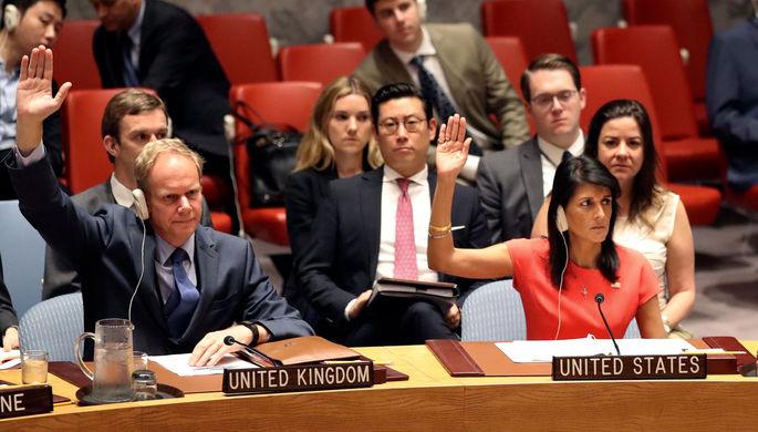 Постоянный представитель Великобритании при ООН Мэтью Райкрофт (слева) и постоянный представитель...