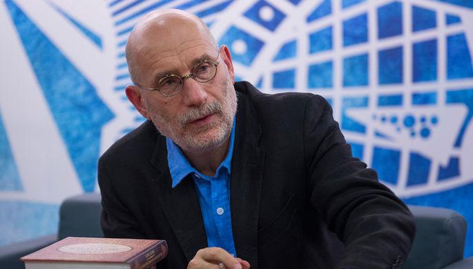 Писатель Борис Акунин во время международной книжной выставки-ярмарки на ВДНХ, 2014 год
