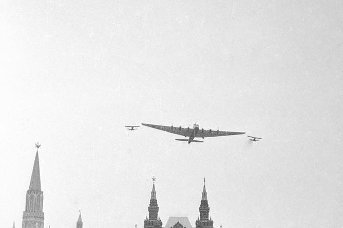 Самолет АНТ-20 «Максим Горький» над Красной площадью в Москве во время Первомайского парада, 1 мая 1935 года.