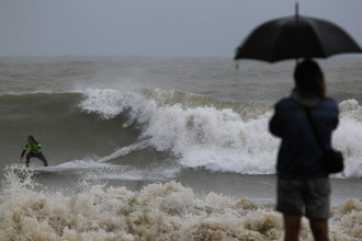 Серфер на волне во время шторма в Сочи
