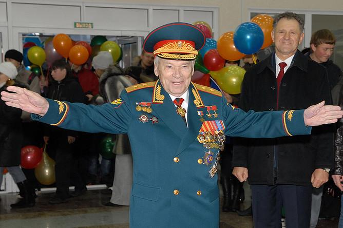 Михаил Калашников на праздничных мероприятиях, посвященных его 90-летнему юбилею. 2009 год