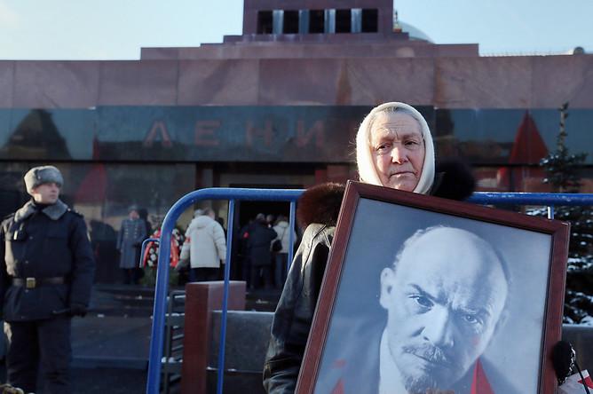 Во время возложения цветов к Мавзолею Ленина в день 90-летия со дня его смерти