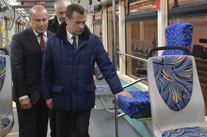 Дмитрий Медведев во время посещения Тверского вагоностроительного завода