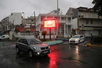 Экран с предупреждением во время приближения урагана «Мария» к острову Гваделупа, 18 сентября 2017 года
