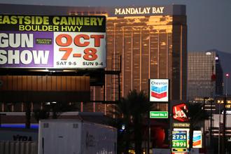 Реклама перед отелем Mandalay Bay в Лас-Вегасе, где произошла стрельба, 3 октября 2017 года