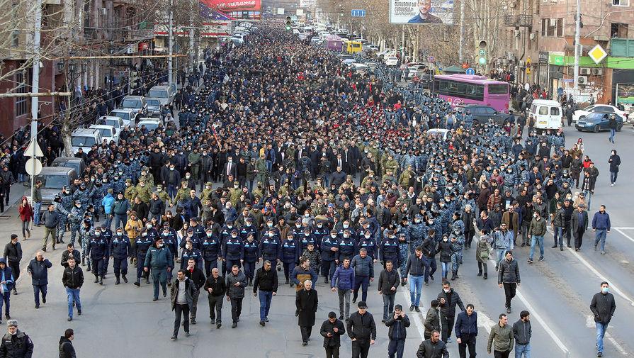 Премьер-министр Армении Никол Пашинян со сторонниками во время шествия в центре Еревана, 25 февраля 2021 года