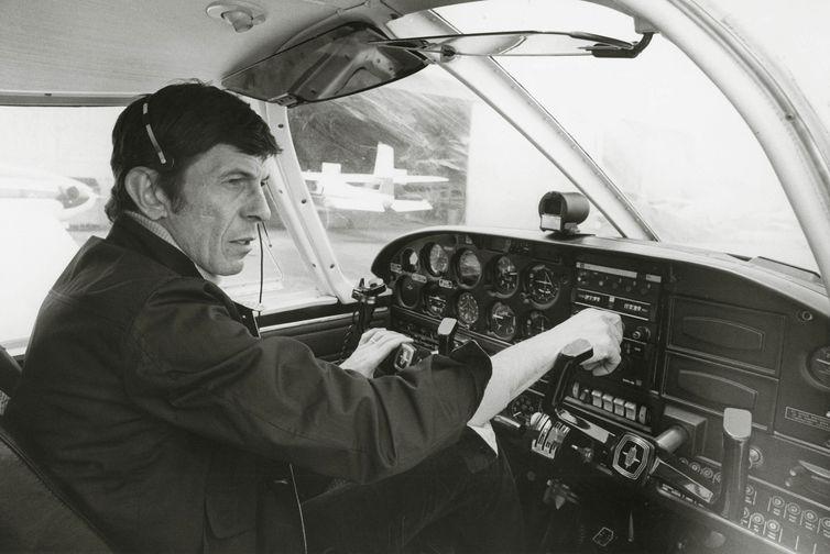 Леонард Нимой за штурвалом двухместного самолета