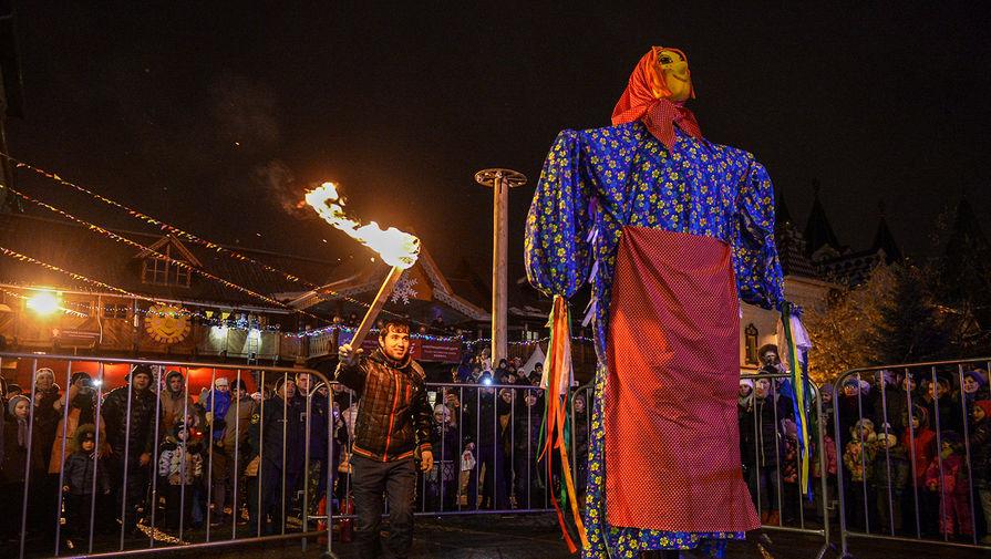 Сжигание чучела во время празднования Масленицы в Центре русской культуры «Кремль в Измайлово»