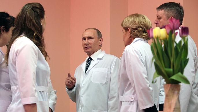 Президент России Владимир Путин во время посещения перинатального центра в Брянске, 8 марта 2017 года