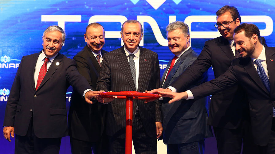 Слева направо: президент Северного Кипра Мустафа Акынджи, президент Азербайджана Ильхам Алиев...