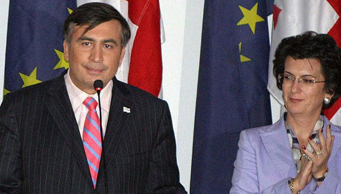 Президент Грузии Михаил Саакашвили и председатель парламента Нино Бурджанадзе на выборах в местные органы самоуправления, 2006 год
