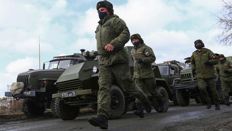 Военнослужащие во время репетиции парада Победы в Екатеринбурге, 14 апреля 2020 года