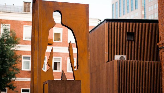 Отлили в бронзе: в Москве установили памятник курьеру