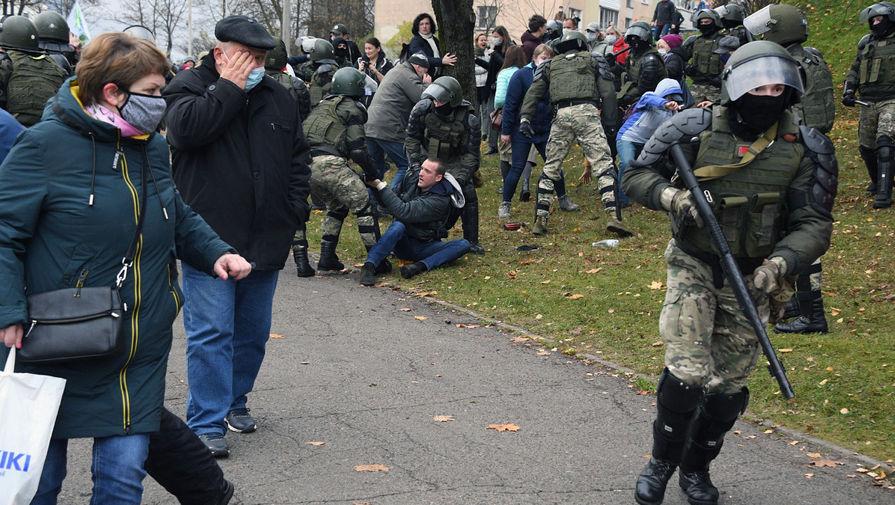 Силовики задерживают участников акции протеста в Минске, 1 ноября 2020 года