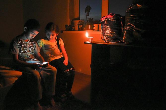 Дети в обесточенной квартире в одном из домов в Симферополе