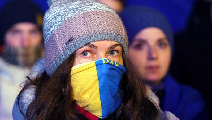 Участница акции протеста возле здания администрации президента Украины в Киеве, декабрь 2019 года