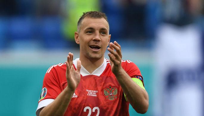 Капитан сборной России Артем Дзюба благодарит фанатов за поддержку после победного матча с командой Финляндии