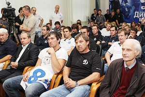 Слева направо: Александр Овечкин, наставник «Динамо» Олег Знарок, сын Аркадия Чернышова Борис Аркадьевич