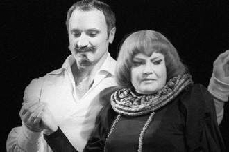 Борис Химичев и Татьяна Доронина в спектакле «Да здравствует королева, виват!» на сцене Московского академического театра имени В. Маяковского, 1979 год