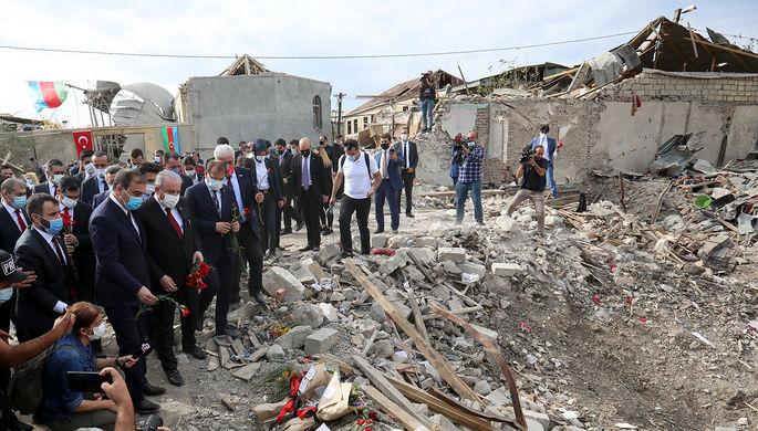 Спикер турецкого парламента Мустафа Шентоп около разрушенных домов в азербайджанском городе Гянджа, 20 октября 2020 года
