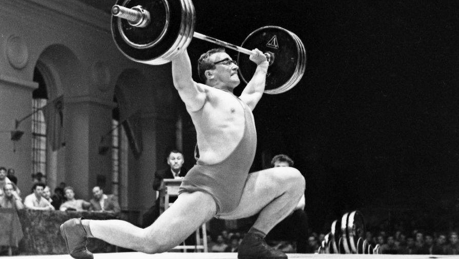 Чемпион мира и Европы Юрий Власов на помосте, 1960 год
