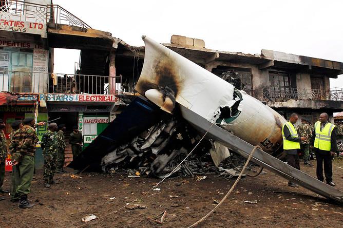 Поисково-спасательные работы на месте крушения самолета Fokker 50 в Кении
