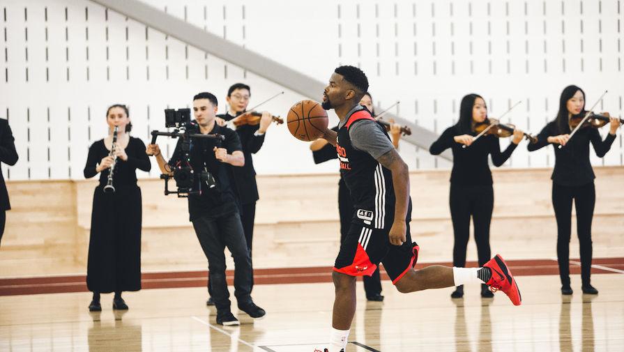 Спортсменки из команды по баскетболу расслабляются после тренировки