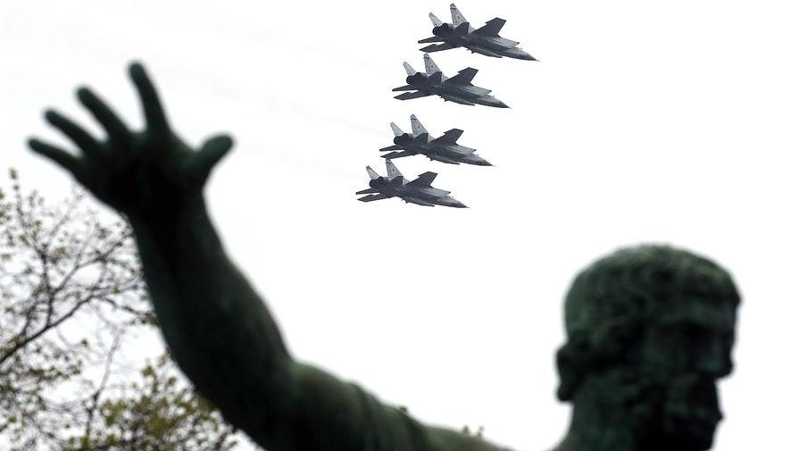 Фронтовые бомбардировщики Су-24 во время воздушной части парада, посвященного 76-й годовщине Победы в Великой Отечественной войне, 9 мая 2021 года