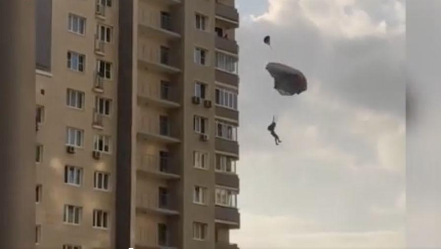 Экстремал прыгнул с парашютом с многоэтажки в Подмосковье