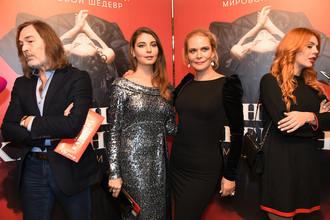 Актриса Алена Яковлева (в центре справа) и ее дочь актриса Мария Козакова на премьере мюзикла «Анна Каренина» в театре «Московская оперетта» в Москве. Слева: художник Никас Сафронов