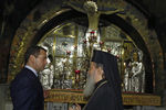 Дмитрий Медведев во время посещения храма Гроба Господня вИерусалиме