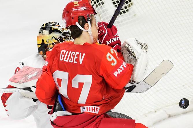 Игрок сборной России Никита Гусев и вратарь сборной Швейцарии Рето Берра