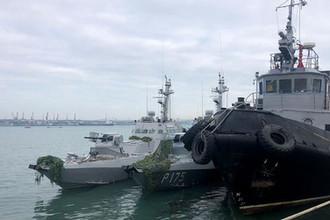Малые бронированные артиллерийские катера «Бердянск» и «Никополь» (слева) и рейдовый буксир «Яны Капу» ВМС Украины