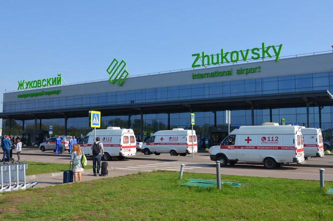 Скорая помощь у аэропорта Жуковский, где самолет Airbus A321 авиакомпании «Уральские авиалинии» совершил аварийную посадку после возгорания двигателя при взлете, 19 августа 2019 года