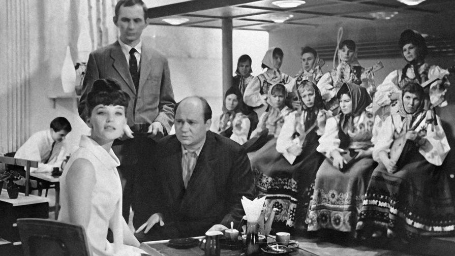 Актеры Евгений Леонов (справа) в роли Травкина и Светлана Светличная (слева) в роли работницы телевидения в фильме Георгия Данелия «Тридцать три», 1965 год