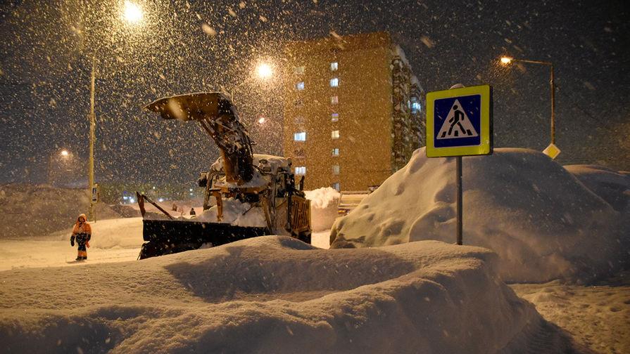 Снегоуборочная техника коммунальных служб во время уборки снега в Норильске, ноябрь 2020 года