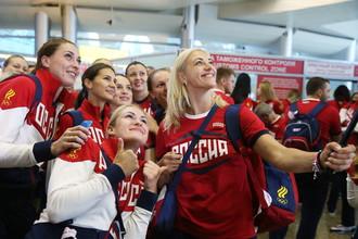 Российские гандболистки фотографируются в аэропорту Шереметьево перед вылетом в Рио
