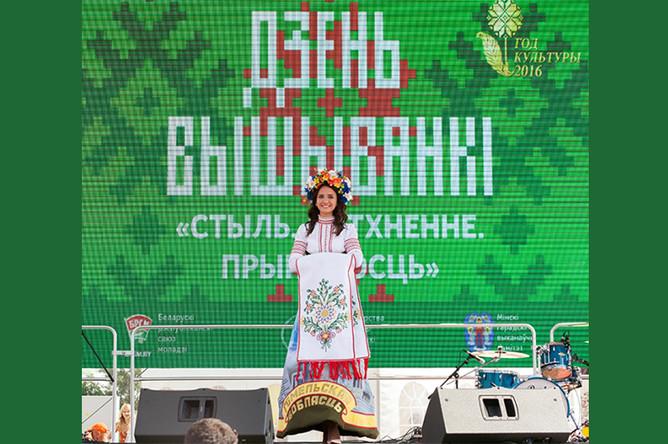 «Мисс ВГТУ 2016» Кристина Неверо во время «Дня вышиванки» в Минске, июль 2016 года