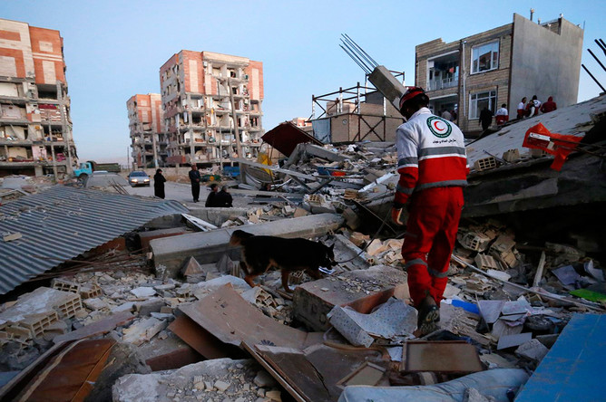 Поисково-спасательные работы в иранском городе Сере-Поле-Зохаб после землетрясения, 13 ноября 2017 года
