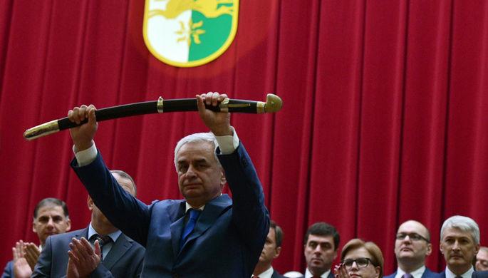 Избранный президент Абхазии Рауль Хаджимба во время церемонии инаугурации в Большом зале заседаний кабинета министров в Сухуме, октябрь 2019 года